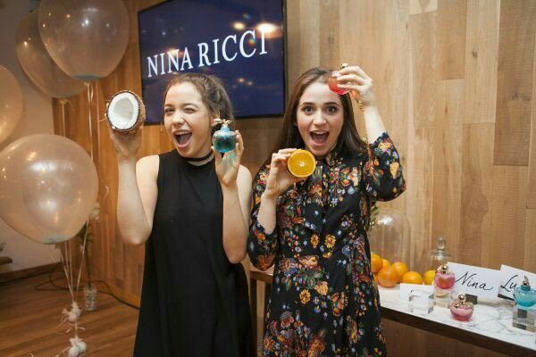 """Fotos del sitio web """"Mundo TKM"""" sobre el vestuario de Carolina y Malena Narvay para la presentación de las fragancias de Nina Ricci"""