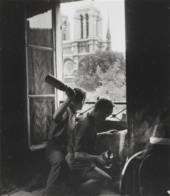 Robert Doisneau - Cocktail molotov lors de la Libération de Paris, rue du Petit Pont, Paris 5ème, août 1944
