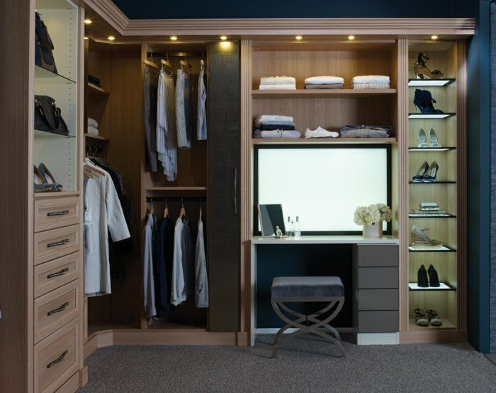 Kleiderschrank Beleuchtung Offene Regale Teppichboden Schminktisch Hocker