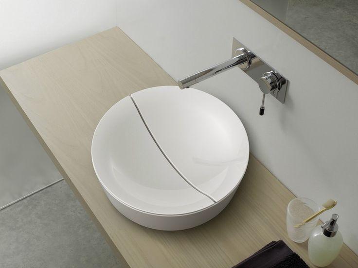 Rundes Keramik-Aufsatzbecken, Holz-Waschtisch und Edelstahl-Badarmatur
