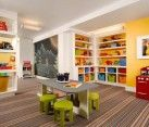 A sala de jogos infantil brilhante e vibrante ostenta um visual colorido   – New house
