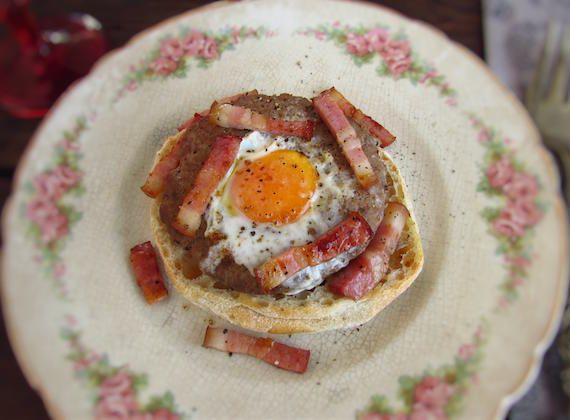 Burgers with egg and bacon | Food From Portugal. You have no idea what to do for lunch or dinner? Try to prepare this different recipe of burgers with egg and bacon! It's a simple, fast and delicious recipe.  http://www.foodfromportugal.com/recipe/burgers-egg-bacon/