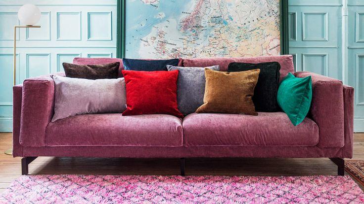 Sammetens supermjuka, lyxiga, glamorösa känsla är högsta mode - från catwalken till vardagsrummet. Passa på att klä upp din favoritsoffa, stol eller fåtölj från IKEA i sammet - begränsad upplaga, shoppa nu!