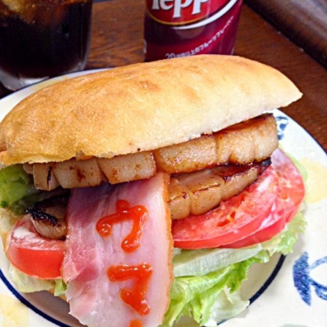 旦那作の豚バラ肉を使ったPBLT。 もウマウマ✨                      Trick or Treat - 390件のもぐもぐ - PBLT サンドイッチ                       PBLT Sandwich, Pork belly, Lettuce and Tomato by yokko0605