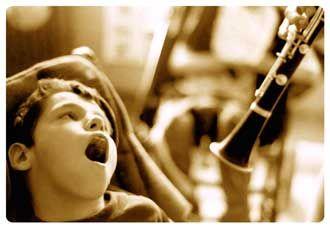 #Musicoterapia en #niños con discapacidades múltiples  La música ocupa un rol fundamental en cuanto al desarrollo madurativo en los niños. Ciertas investigaciones han hallado una relación significativa entre la música y las posibilidades que el contacto con la misma ofrece en áreas tales como: comprensión de textos, lectura, pronunciación, matemáticas, destrezas auditivas y habilidades mentales básicas (verbales, perceptuales, espaciales y motoras). #Salud #LaMusa 🎶 ⭐