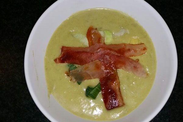 Toevoegen aan mijn receptenDeze heerlijke preisoep met mosterd en krokante plakjes bacon ziet er niet alleen heerlijk uit maar smaakt ook erg goed! Met dit recept is het heel eenvoudig om de soep te maken. Als je wat soep overhoudt, is het ook heel lekker om de soep te bewaren en als lunch de volgende …
