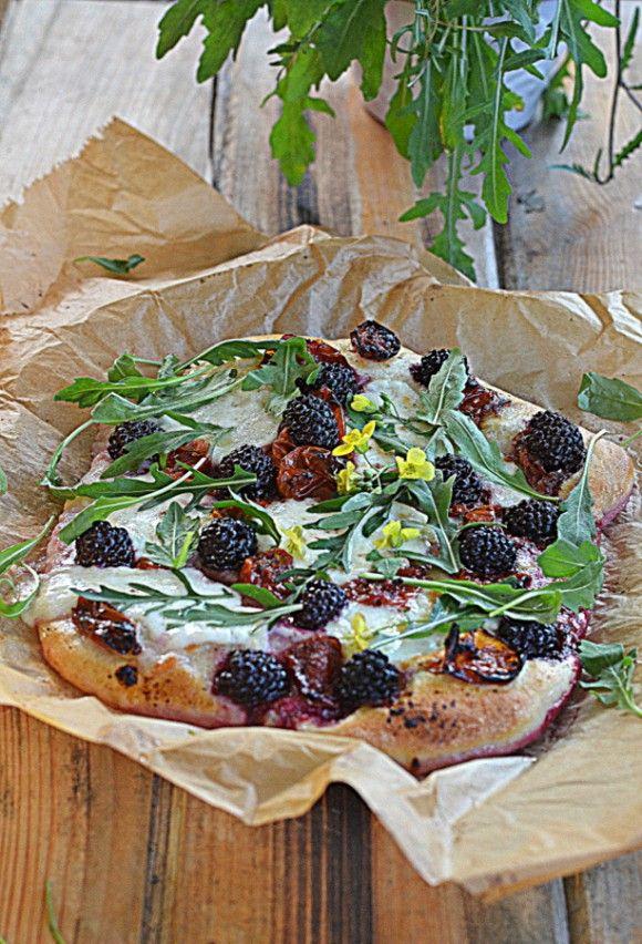 Pizza z jeżynami, bufalą i pieczonymi pomidorkami