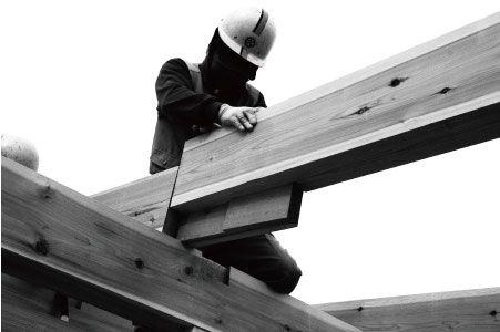 建て方にて、木を組み合わせる大工さん。