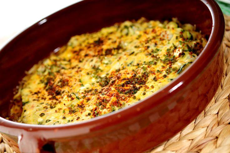 Dit gehaktschotel recept met groenten is typisch zo'n gerecht dat ontstaat uit restjes en vervolgens heerlijk smaakt. Lekker knutselen met ingrediënten en zo een heerlijke en voedzame maaltijd op tafel zetten :-D, probeer het uit!