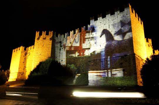"""elisabetta scarpini, """"i vestiti nuovi dell'imperatore"""", slide show sulle mura del castello, castello dell'imperatore, prato 2005"""