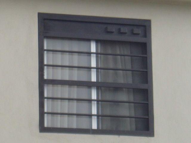 Fotografía de diseño de protecciones de ventanas elaboradas con rejas de herrería y barrotes horizontales