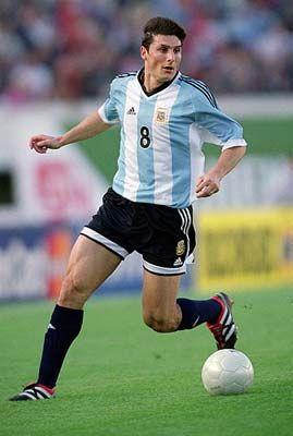 Este es el reproductor de Javier Zanetti . Solía jugar para el club A . Era jugador defensivo .