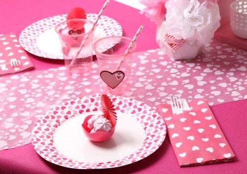 Table rose romantique pour une soirée en amoureux - Chemin de table, assiette, serviette, gobelet et paille Mesa Bella Blog