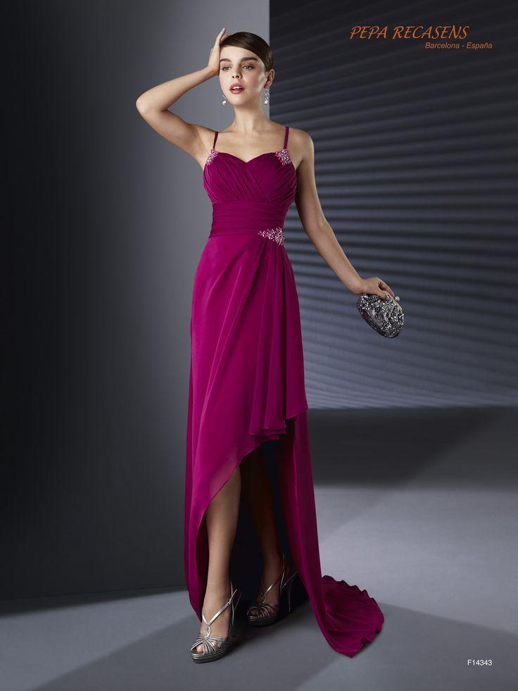 Traje de noche en chiffon de seda con el cuerpo bellamente drapeado adornado con motivos de pedrería y sensual falda asímétrica.