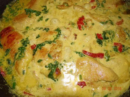 POLLO TUSCANO CREMOSO AL AJO Ingredientes: 1 1/2 libras de pechugas de pollo sin hueso rebanadas delgadas 2 cucharadas de aceite de oliva 1 taza de heavy cream (puedes sustituirla por 1/3 de taza d…