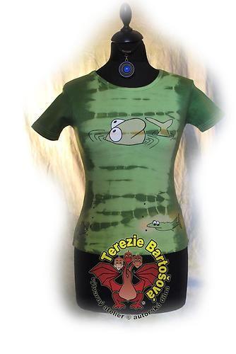 TRIKO NA RYBY PRO DÁMY Velikosti: S, M, L, XL, XXL Barva:zelená batika Technika: ruční zpracování batika + kresba Složení: 100% bavlna Střih: klasický krátký rukáv MOŽNOSTI OBJEDNÁNÍ VOLITELNÝCH VELIKOSTÍ