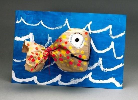 .vis van papieren zakje, ondergrond waterverf en acryl