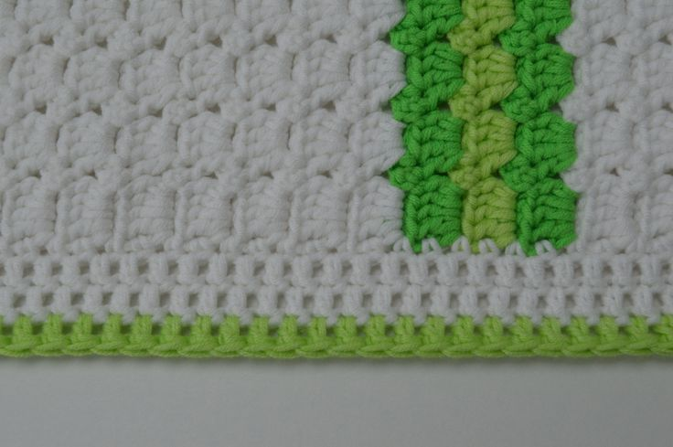 Het kraamkadootje is af. Het is een wit dekentje geworden met groene strepen. Die kleuren zijn geïnspireerd op de kleur van het logo van het bedrijf van de moeder in spe. Ben benieuwd naar haar rea…