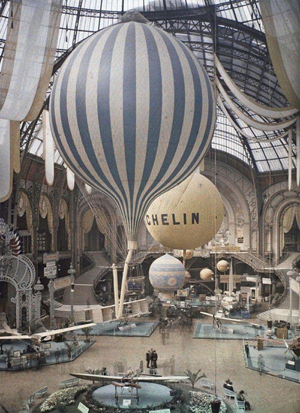 Les autochromes parisiens de Léon Gimpel.  Léon Gimpel (1873-1948) était un photographe français pionnier de la photographie en couleur au moyen d'une technique appelée autochrome, il a photographié les débuts de l'aviation, comme cette photo de ballons au Grand-Palais
