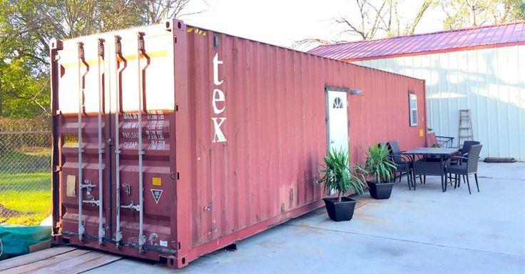Wenn die Leute über den Kauf ihres ersten Hauses nachdenken, denken sie wahrscheinlich nicht sofort an einen Frachtcontainer. Normalerweise stellt man sich wunderschöne Türen und Fenster vor, der Vorgarten umgeben von einem weißen Zaun, aber nicht einen fensterlosen Transportbehälter aus Metall. Für einige kann so ein großer Container aber auch die perfekte Lösung für ein Low-Budget Haus sein, welches sich auch noch leicht mit umziehen lässt. Von außen sieht diese rote Metallkiste aus, wie…