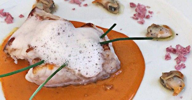 Gallineta de fondo, sobre cama de salsa chipotle, con aire de lima y vinagreta de berberechos - Pasión&Carácter.