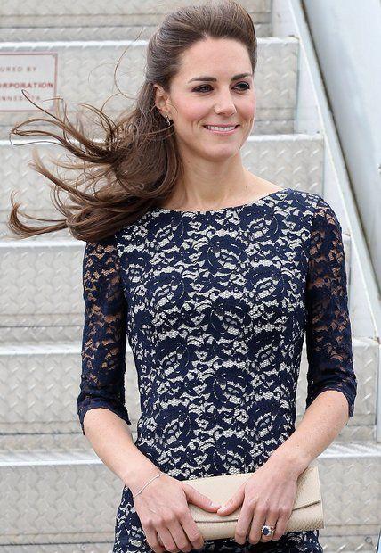 """Herzogin Catherine: Herzogin Catherine besucht Kanada: Zu dem blauen Spitzenkleid kombiniert sie die Stuart Weitzman-Clutch """"Muse""""."""