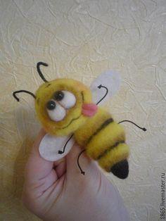 """*NEEDLE FELTED ART ~ Купить Брошь """"Пчела ЧУЧА"""" - желтый, пчела, Сухое валяние, брошь ручной работы"""