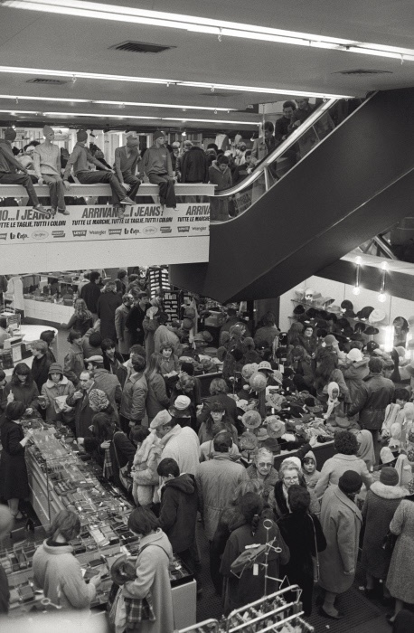 People crowding the department store La Rinascente for Christmas shopping. Milan, 1981 MONDADORI PORTFOLIO/Adriano Alecchi