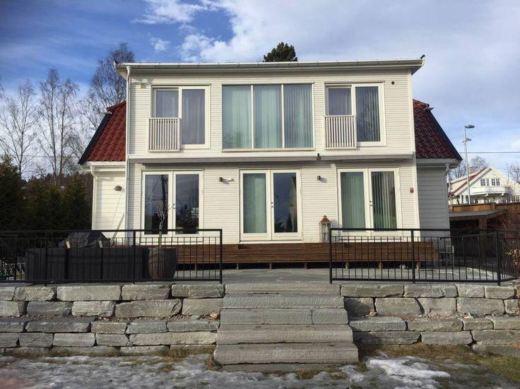 Entire home/apt in Oslo, Norway. Et stort åpent , varmt og hyggelig hus i nærheten av Holmenkollen. Passer godt for 1 eller 2 barnefamilier eller flere venner.Masse plass og boltre seg på, et stort kjøkken og et fantastisk bad med både badekar og dusj. Stor deilig hage med sol ne...