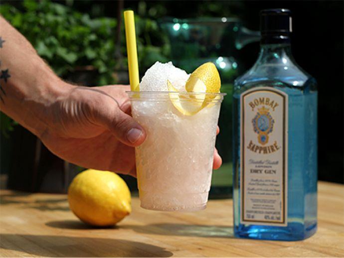 Cet été, faites preuve d'originalité dans vos 5 à 7 avec nos recettes de sloches alcoolisées!
