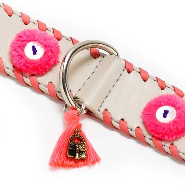 Un collier pour chien en cuir écru avec de jolis pompons roses et un jeu graphique d'un laçage en cuir rose sur les bordures du collier. www.doggie-flair.com/produit/collier-pour-chien/collier-pour-chien-pompons/