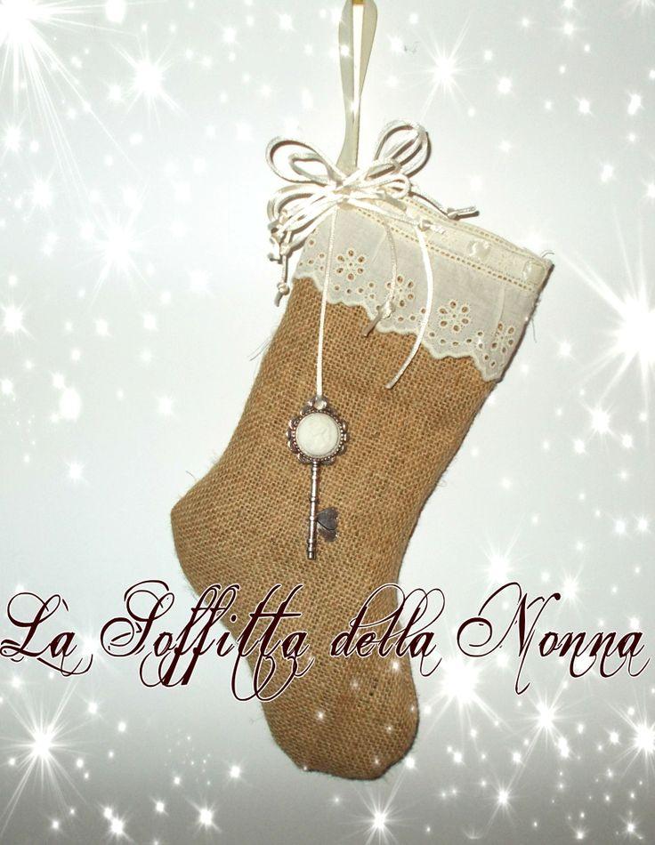 Calza in iuta con bordo in pizzo, nastri in doppio raso e una chiave con cammeo Burlap stocking with lace, satin ribbons and a key