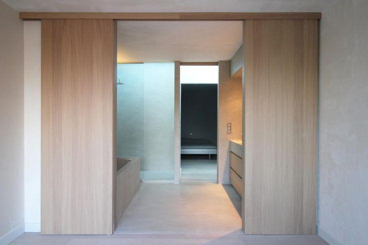 Maatwerk badkamer verwerkt met eik en microtopping/mortex. Realisatie door Biwood en MT Construct | www.biwood.be