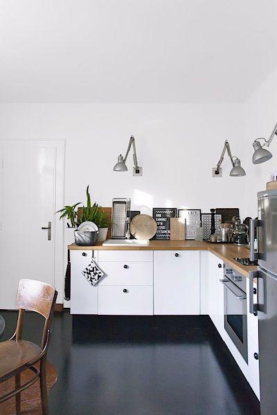Majitelčiným patentem jsou stolní lampičky netradičně použité na stěně místo horních skříněk. Úložné prostory v kuchyni nechybí, neboť má v bytě velkou spíž.