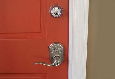 Como instalar facilmente uma fechadura trava para uma porta