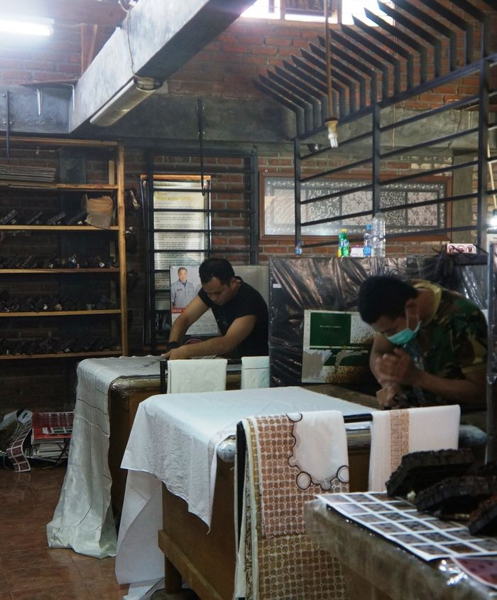 Inside the workshop: Staffers are working to produce batik fabric for the shop. (Photo by Icha Rahmanti)