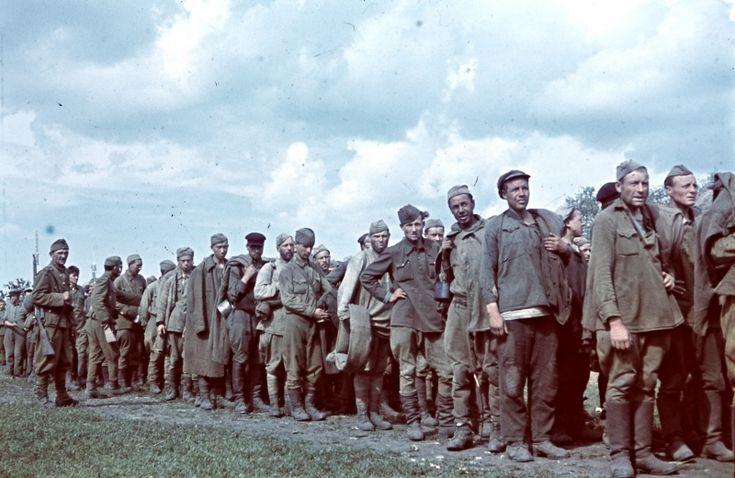 Советские военнопленные под конвоем венгерских солдат в очереди за едой