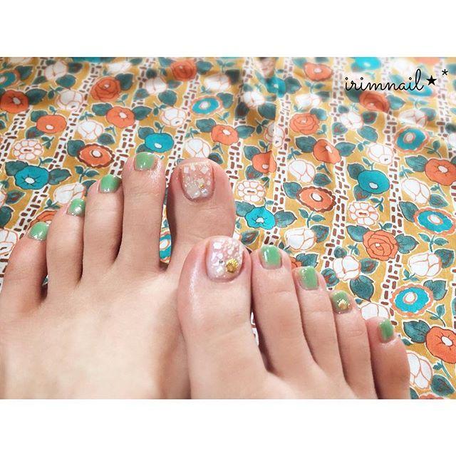 * * Summer foot nail ♡ * ❁使用ポリッシュ❁ @homei_nail  #ウィークリージェル :#wg0 #wg8 #wg18 #wgm1 #homeiスパンコールネイルポリッシュ :#シュガーシャワー * 持ってるウィークリージェルフル活用!!笑 全部使いました😁 親指はWG-8とWG-M1でマーブルにしたんだけど、シュガーシャワー塗ったから分からなくなったww でも可愛くできたー❤️❤️❤️ #HOMEI の#夏のネイルにきがえよう に応募します😊💕 * #nail #nails #selfnail #instanail #nailstagram #naildesign #pedicure #gelnails #summer  #ネイル #セルフネイル #セルフネイル部 #ネイルデザイン #ポリッシュ #ジェルネイル #ペディキュア #フットネイル  #簡単 #簡単ネイル #プチプラ #プチプラネイル