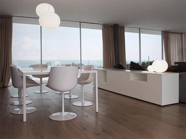 Progetto di arredamento per il soggiorno con divano for Mobili contenitori soggiorno