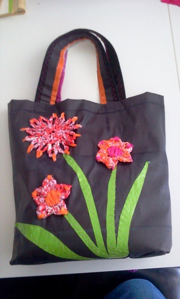 Tassen Eigen Ontwerp : Tasje gemaakt van tafelzeil met bloemen gehaakt uit