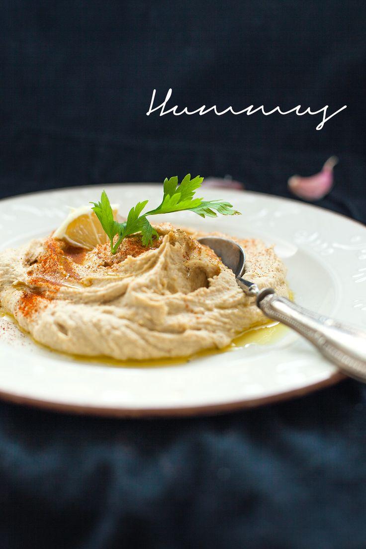 L'hummus si serve come piatto di contorno o come dip in cui intingere il pane azzimo o la pita. Si usa anche spalmarlo all'interno della pita prima di farcirla con i falafel. Quella che vi propongo è la versione base: provatela così o arricchitela con spezie e condimenti.