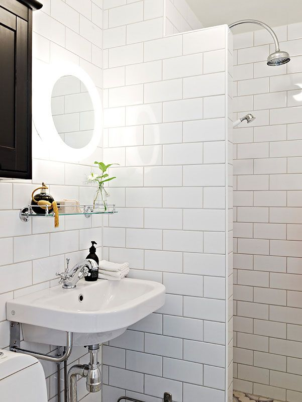 Enkelt litet badrum med charmig industrikänsla är aldrig fel, likaså 10x20 kakelplattor. Snyggt med mönstrade plattor på golvet till!