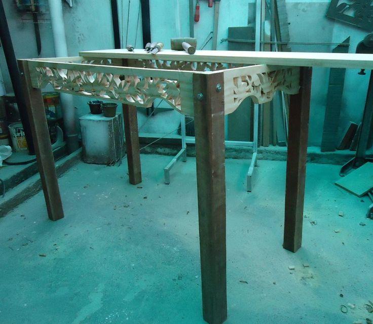 Preparação de uma mesa com a madeira reaproveitada. By Ademas