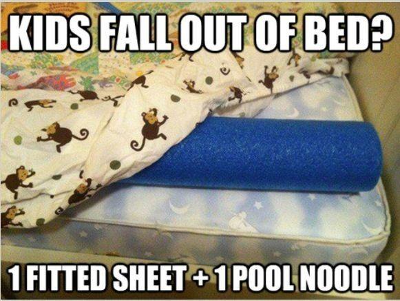 Damit Kinder nicht nachts aus dem Bett fallen: Schwimmnudel oder Seitenschläferkissen und das Spannbettlaken legen