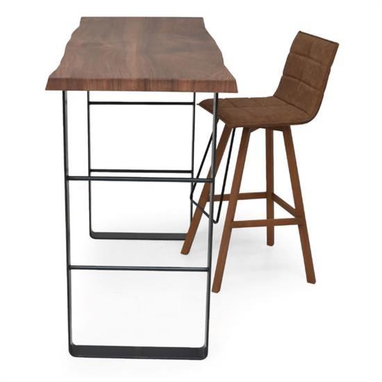 Tavolo alto con base in metallo e piano in legno.