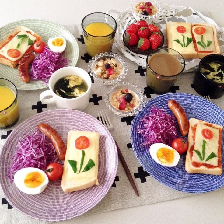 ❁ おはようございます♬ 今朝はお花トーストで朝ごぱん🌸 なんだかごちゃごちゃなテーブルです^^; 昨日から娘家族がお泊まり♡わんこが3匹になると家の中もごちゃごちゃです💦😂 今日も素敵な1日を٩(๑′∀ ‵๑)۶•*¨*•.¸¸♪ #朝ごはん#朝食#朝ごぱん#朝ごパン#おうちごはん#おうちカフェ#トースト#お花トースト#イッタラ#ティーマ#カステヘルミ#カルティオ#アイノアールト#アラビア24h#アベック#クチポール#北欧#北欧食器 #instapic#instafood#foodpic#food#yummy#24havec#iittala#teema#breakfast#toast#kurashiru