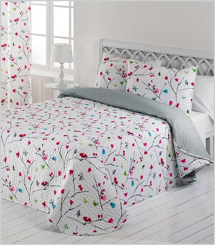 Edredón fino reversible con flores y mariposas sobre fondo blanco por un lado, y gris por el otro. Para cama de 135 y 150 cm + 2 fundas de cojín. 100% Poliéster