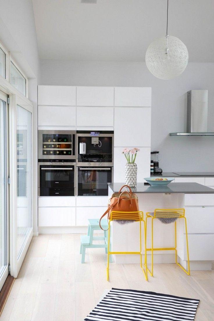 petite cuisine moderne et blanche amnage avec un bar petit djeuner pratique et chaises de bar
