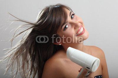 Ragazza con asciugacapelli