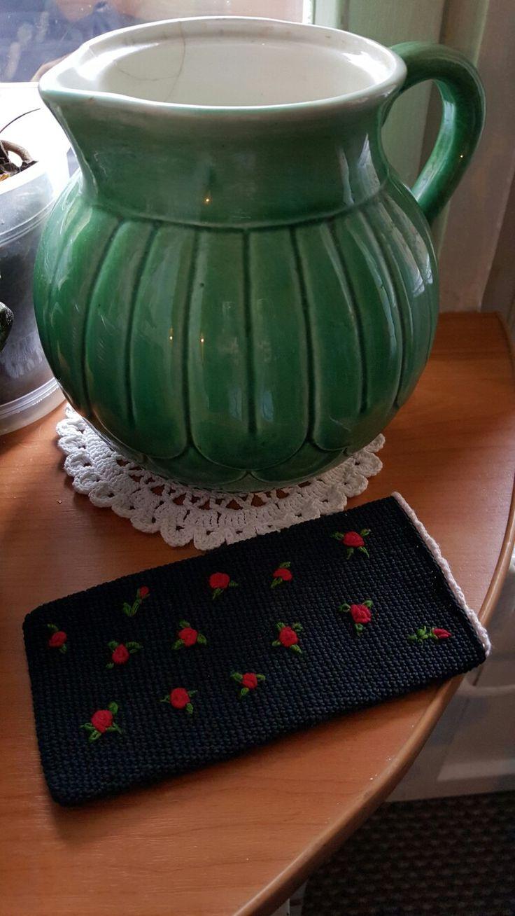 Чехол для телефона. Вязаный крючком, украшен вышивкой в стиле рококо. Выполню на заказ.